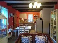 Obývací pokoj + kuchyň - chalupa k pronájmu Klokočí