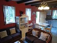 Obývací pokoj + kuchyň - pronájem chalupy Klokočí