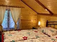 chata Amálka - manželská ložnice v létě - k pronájmu Pecka