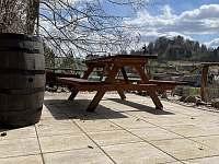 chata Amálka - výhled na hrad v dubnu 2021 - Pecka