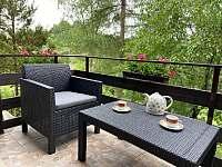 Posezení na balkoně u kávy s výhledem na hrad chata Amálka Pecka -