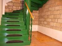 Velké kovové schodiště - vstupní hala.