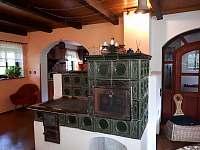 kachlová kamna s pecí - chalupa k pronajmutí Samšina