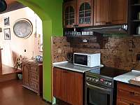 Kuchyň a pohled do světnice