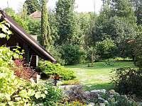 pohled do zahrady z terasy - pronájem chalupy Samšina
