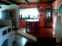 pohled z kuchyně do světnice