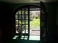 pohled z vířivky do zahrady - chalupa k pronajmutí Samšina