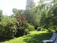 zahrada před terasou - chalupa ubytování Samšina