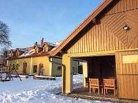 dvorek a zahrada pod sněhem - chalupa ubytování Brdo