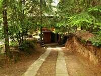 cesta ke garáži - možnost uložení kol - pronájem chaty Pařezská Lhota