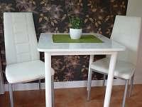 jídelní stůl lze doplnit stoličkou