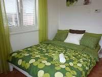 postel s velkou matrací