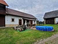 Chalupa Vesec pergola,bazén, venkovní pohled na společenskou místnost - k pronajmutí