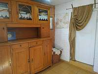 předsíň s komodou (úložný prostor) - pronájem apartmánu Rovensko pod Troskami