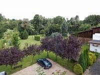 parkoviště penzionu se zahradou
