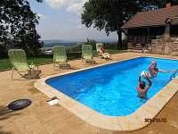 bazén před chalupou (ještě v době kdy neměl zastřešení)
