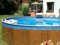 Bazén s altánkem v pozadí - pronájem apartmánu Turnov