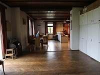 Prostor v přízemí - společenský prostor a jídelna s kuchyní - Střížovice