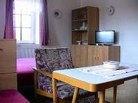 Obývací ložnice - pronájem chalupy Chloumek
