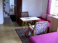 Obývací ložnice, chodba - chalupa k pronajmutí Chloumek