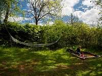 Děti jsou pod dohledem z houpací sítě - pronájem chalupy Svojek