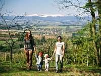 Jaro ve Svojku. Pěší výlet na protější kopec s výhledem na panorama Krkonoš -
