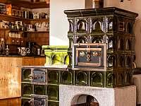 Kamna v obývacím pokoji - chalupa ubytování Svojek
