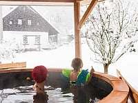 Koupání v horkém sudu za každého počasí. Zima 2021 - Svojek