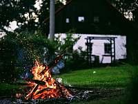 Nechybí ohniště na opékání buřtů - chalupa ubytování Svojek