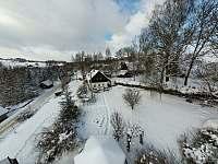 Zima 2021. Pohled na celý pozemek kolem chalupy - Svojek