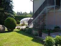 vchod ze zahrady, v pozadí bazén