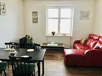 Obývácí kout s TV - apartmán k pronájmu Jičín