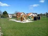 dětské hřiště u školy - pronájem chalupy Kobyly