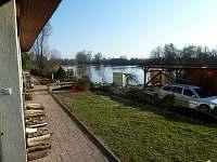 Pohled od penzionu na rybník