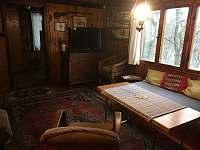 obývací pokoj s TV a krbovými kamny - chata k pronájmu Tatobity