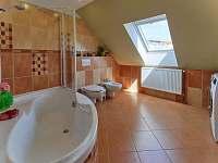 Koupelna s rohovou vanou, umývadlem, WC a bidetem - Jičín