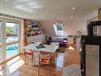 Obývací pokoj s vchodem na terasu a jídelním stolem - apartmán ubytování Jičín