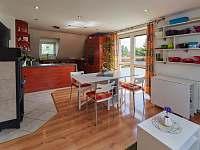 Obývací pokoj s vchodem na terasu a jídelním stolem - Jičín
