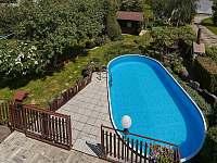 Pohled do zahrady z terasy v 1. patře - pronájem apartmánu Jičín