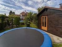 Pohled na dům, trampolina a zahradní chatka (chatka není v ceně ubytování) - Jičín