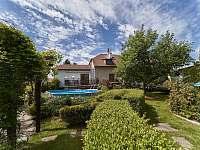 Pohled na dům ze zahrady - pronájem apartmánu Jičín