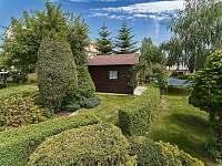 Zahrada, pohled od bazénu - apartmán k pronajmutí Jičín