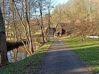 cyklostezka podél řeky , vedoucí do centra obce - Košťálov