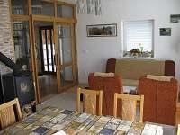 Obývak s krbovými kamny - chalupa k pronajmutí Karlovice-Roudný
