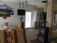 Obývák s kuchyní a TV - chalupa ubytování Karlovice-Roudný
