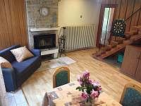 Obývák v přízemí s krbem - chata k pronájmu Branžež