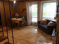 Obývák v přízemí s krbem - chata k pronajmutí Branžež