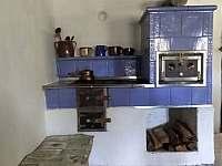 kachlová pec v hlavní místnosti - chalupa ubytování Benešov u Semil