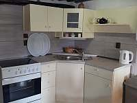 kuchyňský kout v hlavní místnosti - Benešov u Semil