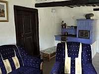 rozkládací pohovka v hlavní místnosti, pec na dřevo - chalupa k pronájmu Benešov u Semil